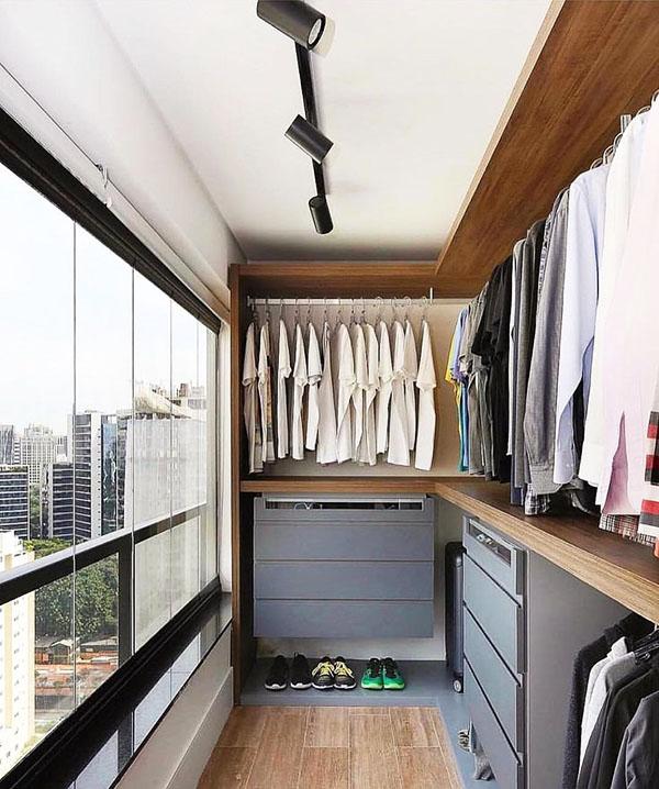 Для хранения вещей здесь обязательно нужно утеплить стены, пол и потолок, чтобы сырость не испортила ваши наряды