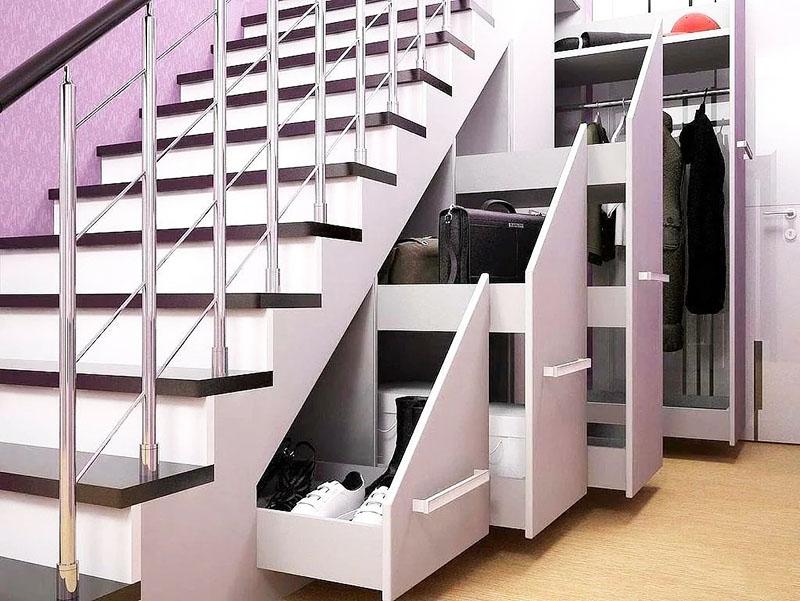 Даже сами ступеньки могут стать ящиками, и чем функциональнее вы обустроите систему хранения, тем легче будет ею пользоваться