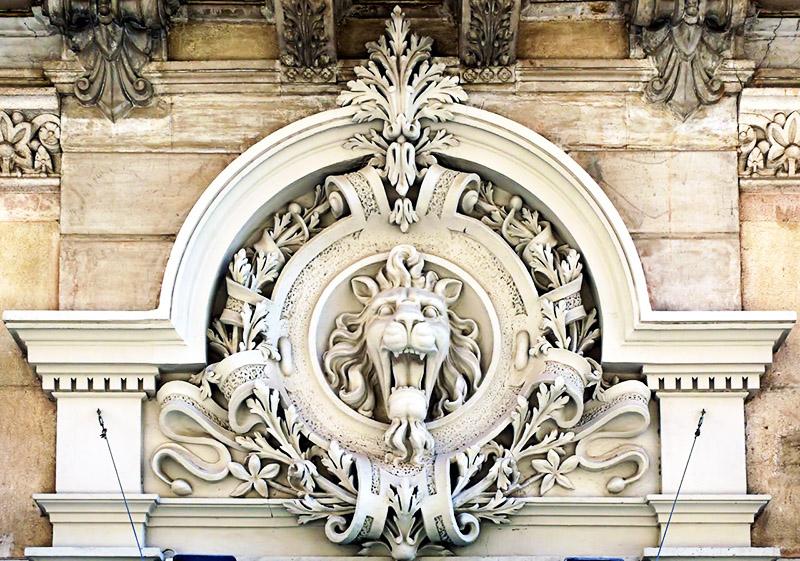 Лепнина в стиле ампир поддерживает животную тематику и растительный орнамент