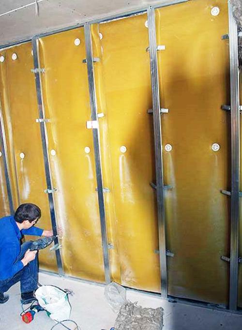 Монтаж металлической рамы поверх наклеенной на стену звукоизоляции