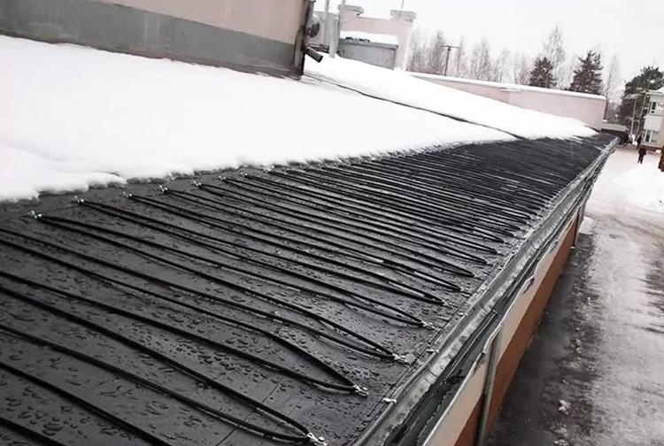 Системы обледенения включают в себя не только систему кабелей, длину и мощность которых нужно рассчитать пропорционально размерам здания, но и терморегуляторы, поддерживающие и контролирующие оптимальные показатели