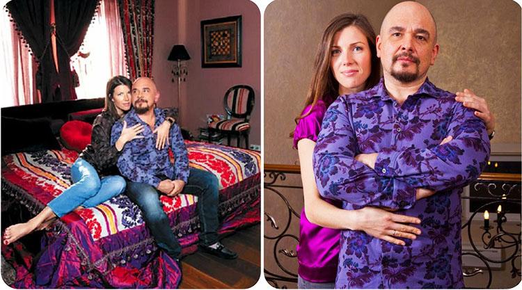 Дополняют оформление шторы с кисточками из тёмно-бордовой ткани и цветные портьеры