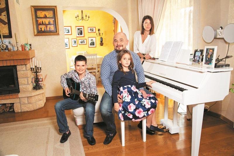 Возле фортепиано размещены элегантные пуфы с мягкими сидушками золотистого оттенка