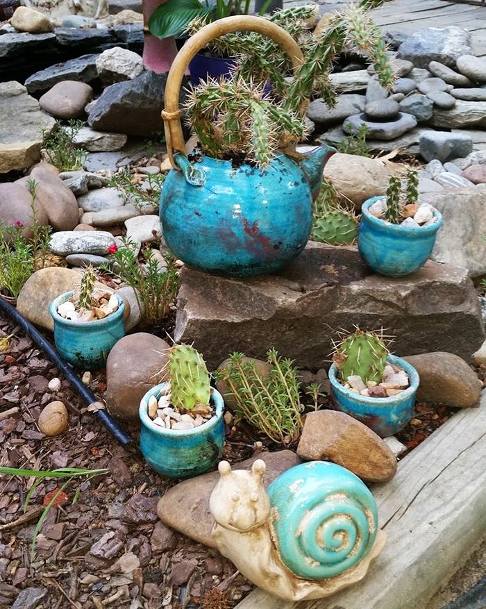 Участие чайника в садовой композиции