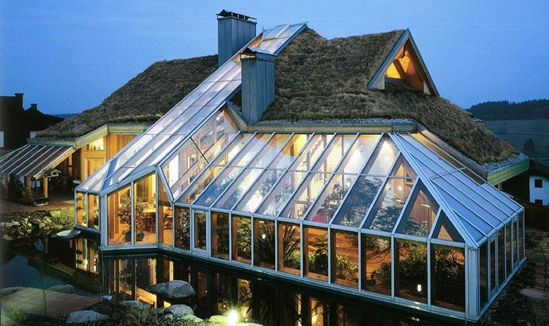 И на этом можно не останавливаться: кто сказал, что в доме не может быть прозрачной крыши?