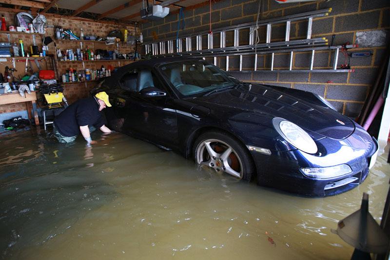 А ещё на практике вам надо бы к такому гаражу иметь ещё и отзывчивого соседа, который поможет выкатить вашу ласточку, пока она не утонула в затопленном цоколе