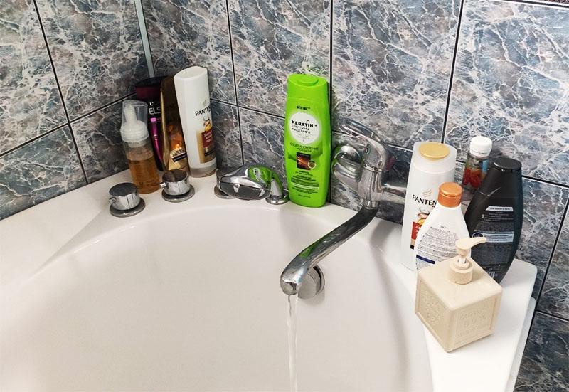 А если у вас ванна, то все эти средства могут поместиться на навесной полке или на бортике купели