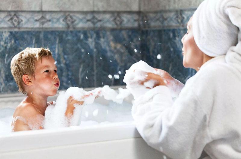 И потом, пока он растёт, помочь вымыть длинные волосы или потереть спинку в душе крайне неудобно