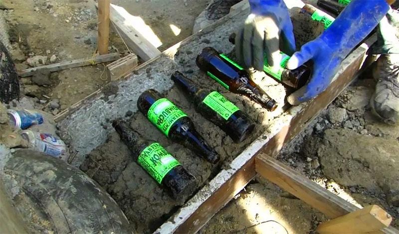Процесс изготовления блоков примитивен и интуитивно понятен: форма послойно заполняется пустой тарой и заливается цементной смесью