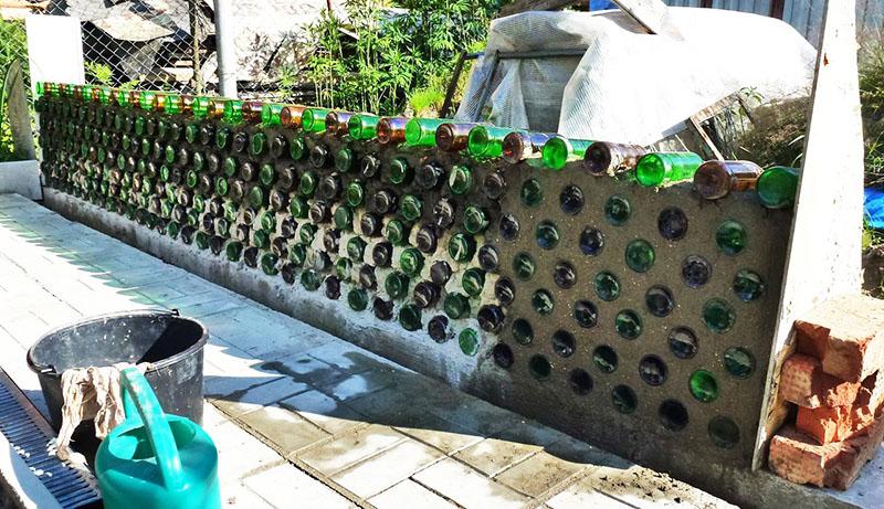 Прежде всего − нужно помнить, что бутылки нельзя использовать для изготовления фундамента. То есть помещать их в монолит при заливке не рекомендуется. Под сильной нагрузкой бутылка может лопнуть, а это нарушит целостность основания здания