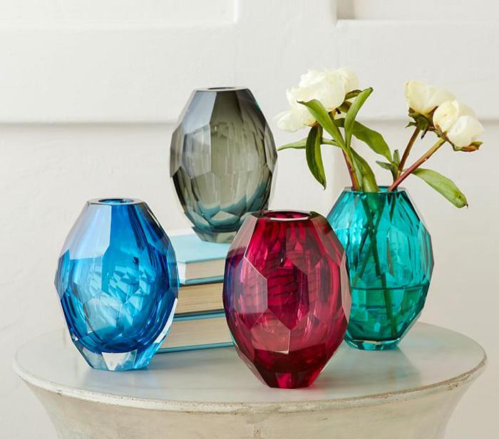 Пара-тройка цветных бутылочек способна создать необходимые акценты в ровном классическом интерьере