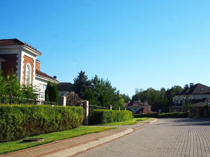 Территория посёлка напоминает ухоженный парк в Англии