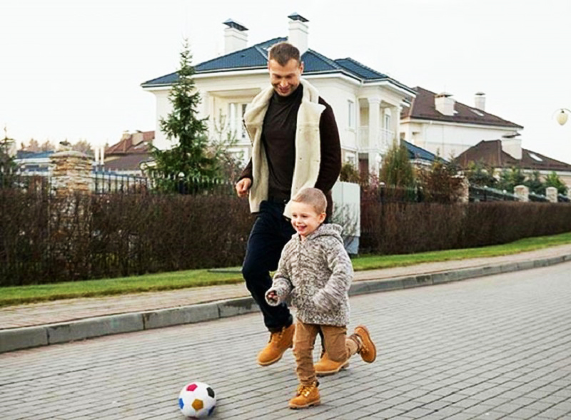 В свободное время Василий с удовольствием приучает детей к спорту