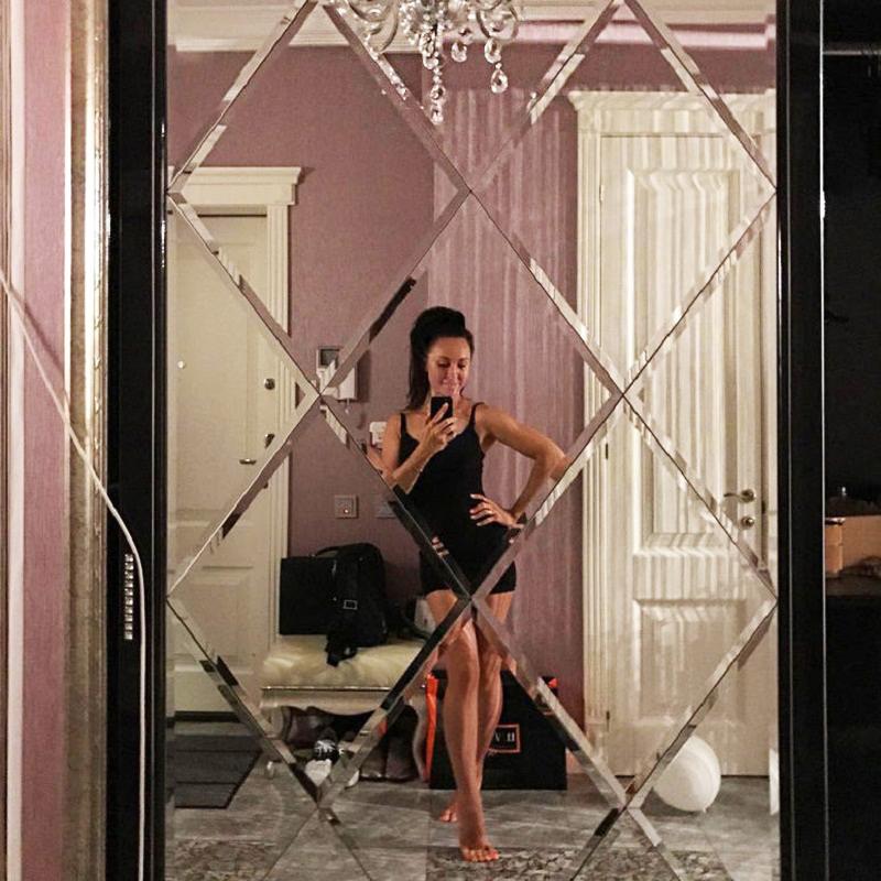 Холл украшает роскошное панно из зеркальных ромбов с фаской