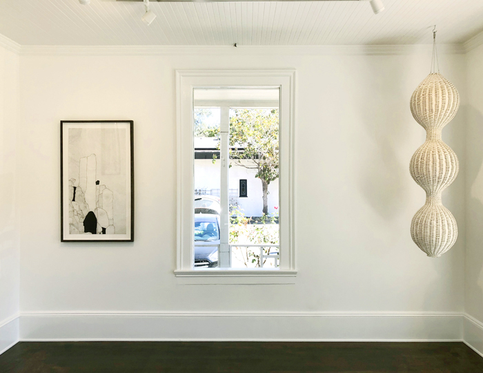 «Кокон» из макраме сам по себе становится ключевым элементом комнаты