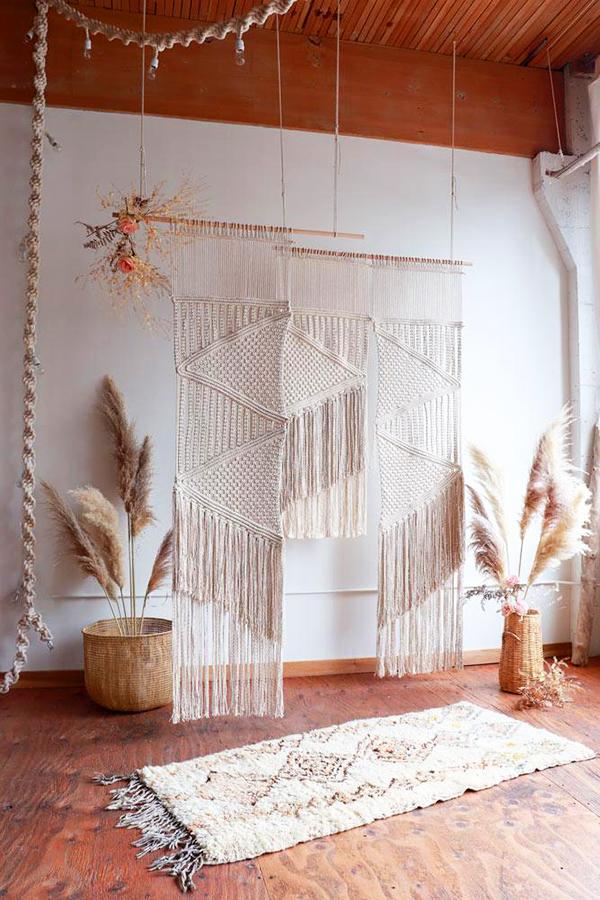 Красивые плетёные шедевры, безусловно, станут центральным элементом вашей спальни или гостиной