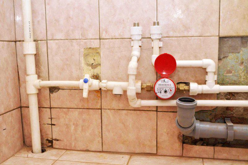 Как спрятать трубы в маленькой ванной без коробов