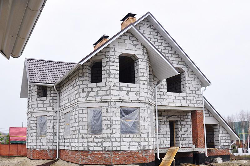 Сейчас из них очень популярно строить дома. А что? Дёшево, быстро, красиво ‒ и фундамент можно облегчить