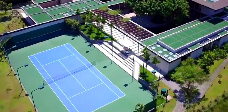 На теннисном корте хозяин может отвлечься от основного спорта и вдохновиться игрой в окружении живописной природы