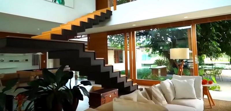 На второй этаж ведёт монолитная чёрная лестница из двух пролётов с деревянными ступенями