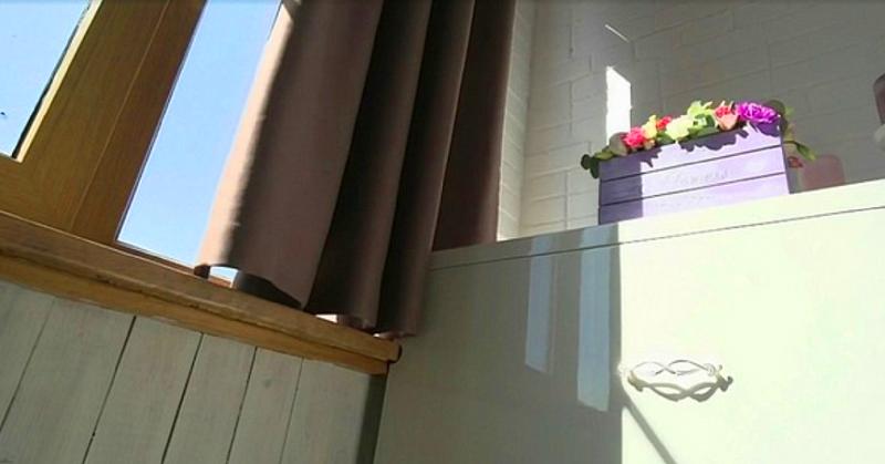Для защиты от солнца на балконе повесили плотные шторы блэкаут