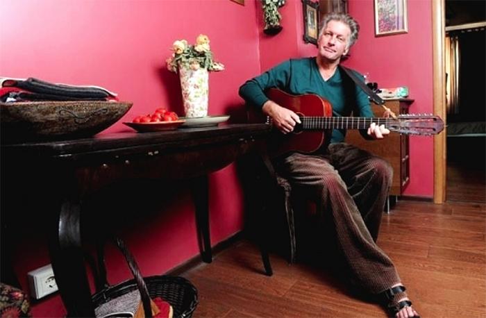 В гостевой комнате Сергей Колесников иногда устраивает музыкальные вечера для близких