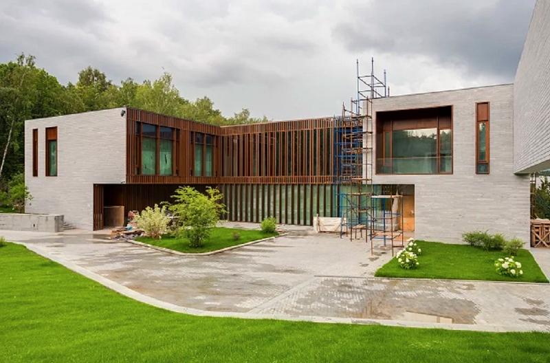 С внутренней стороны дома установлено панорамное остекление