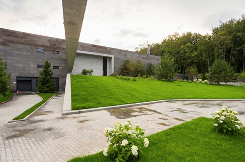 Гостевой и хозяйский дом связаны между собой длинной балкой