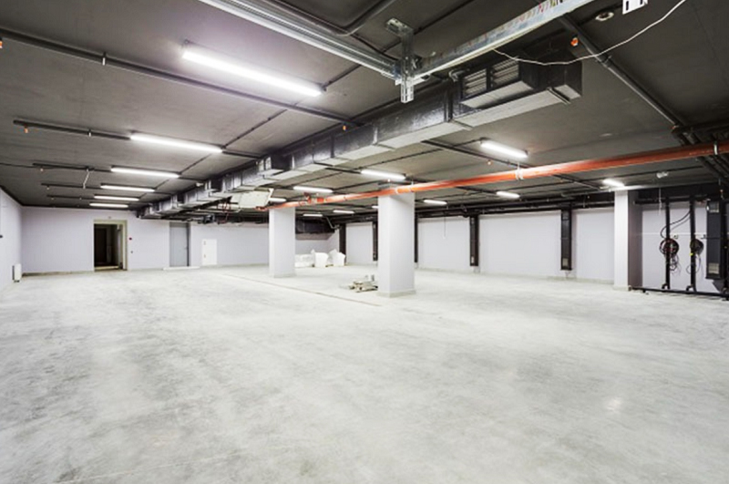 Просторный гараж вмещает сорок автомобилей