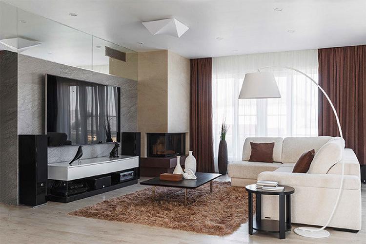 Большим преимуществом гостиной стали панорамные окна с линейной раскладкой, благодаря которым комната всегда наполнена светом