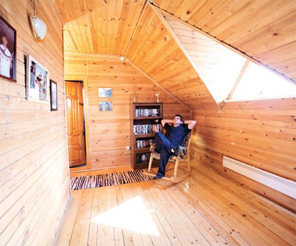 Андрей Ильин любит почитать перед сном, сидя в комфортном кресле-качалке