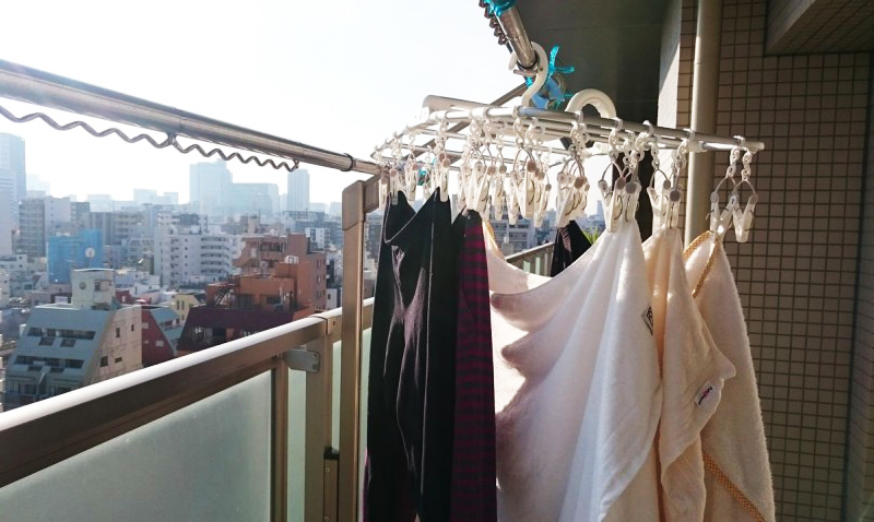 Открытый балкон в домашнем хозяйстве