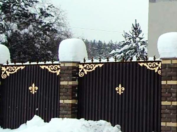 Металлические вырезанные украшения на заборе