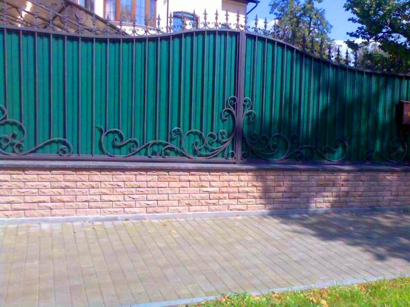 Кованые украшения на заборе