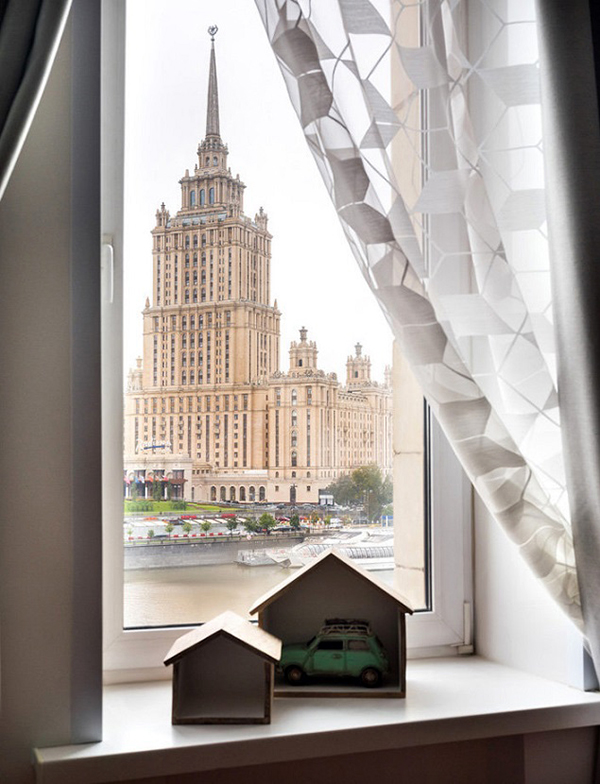 Из окна открывается потрясающий вид на гостиницу «Украина» и набережную