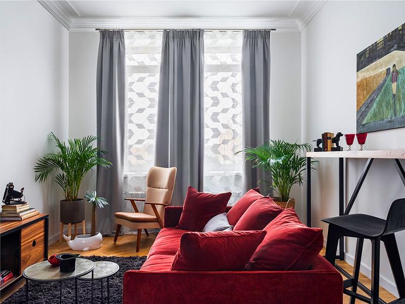 Яркий «винный» диван – изюминка интерьера