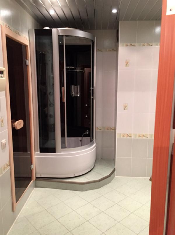Хозяйская ванная комната до ремонта была облицована светлым кафелем с бордюрами