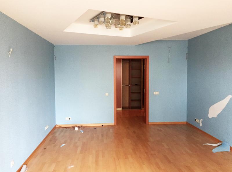 Многоуровневый потолок визуально делал высоту гостиной ещё меньше