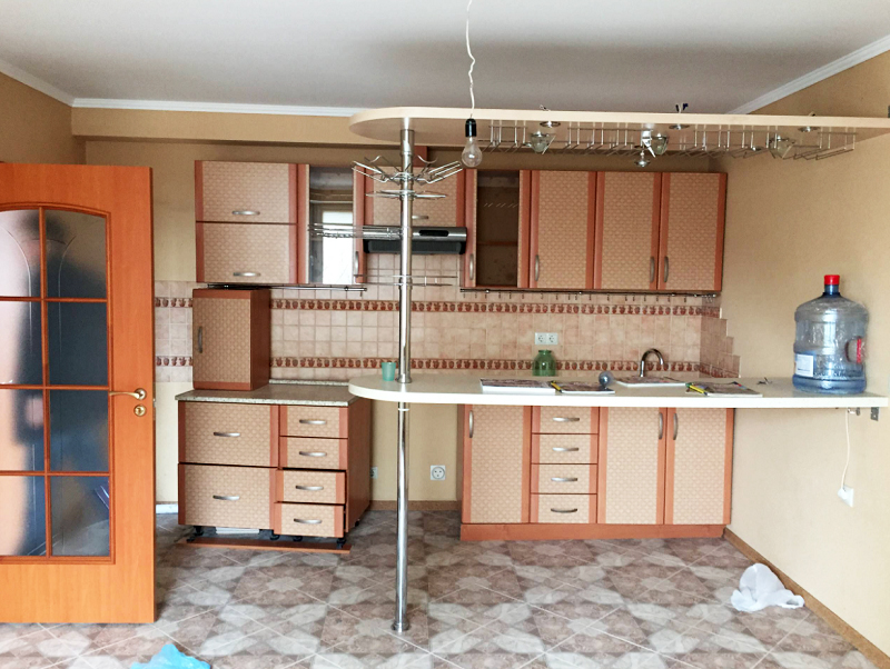 Дизайн кухни давно уже устарел: двухцветные фасады и округлая барная стойка совершенно неактуальны
