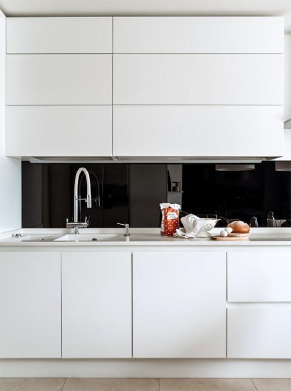 В минималистичном интерьере кухни решили отказаться от дополнительных рейлинговых систем