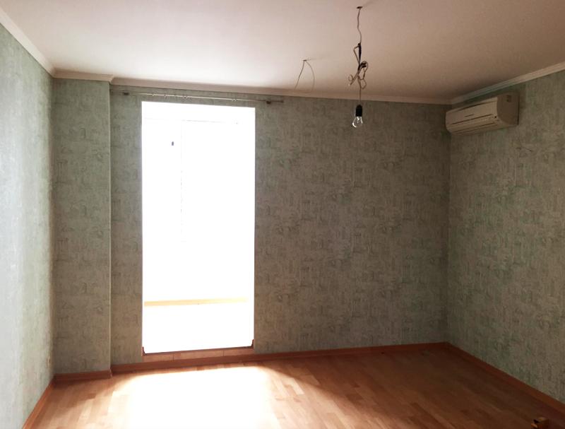 Спальня до ремонта была оформлена в тусклой зелёной гамме