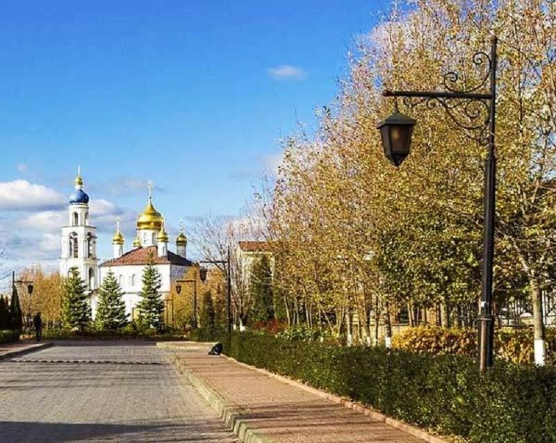 На территории посёлка построен православный храм