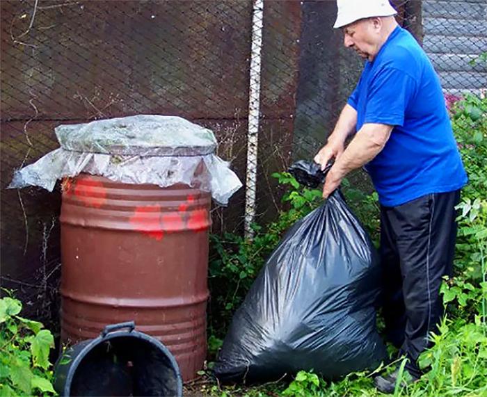 Можно приспособить для компоста старую бочку – в ней нужно только пробить отверстия, чтобы не скапливалась влага