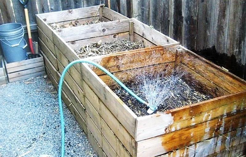 А чтобы компост быстрее созревал, в него время от времени нужно лить воду